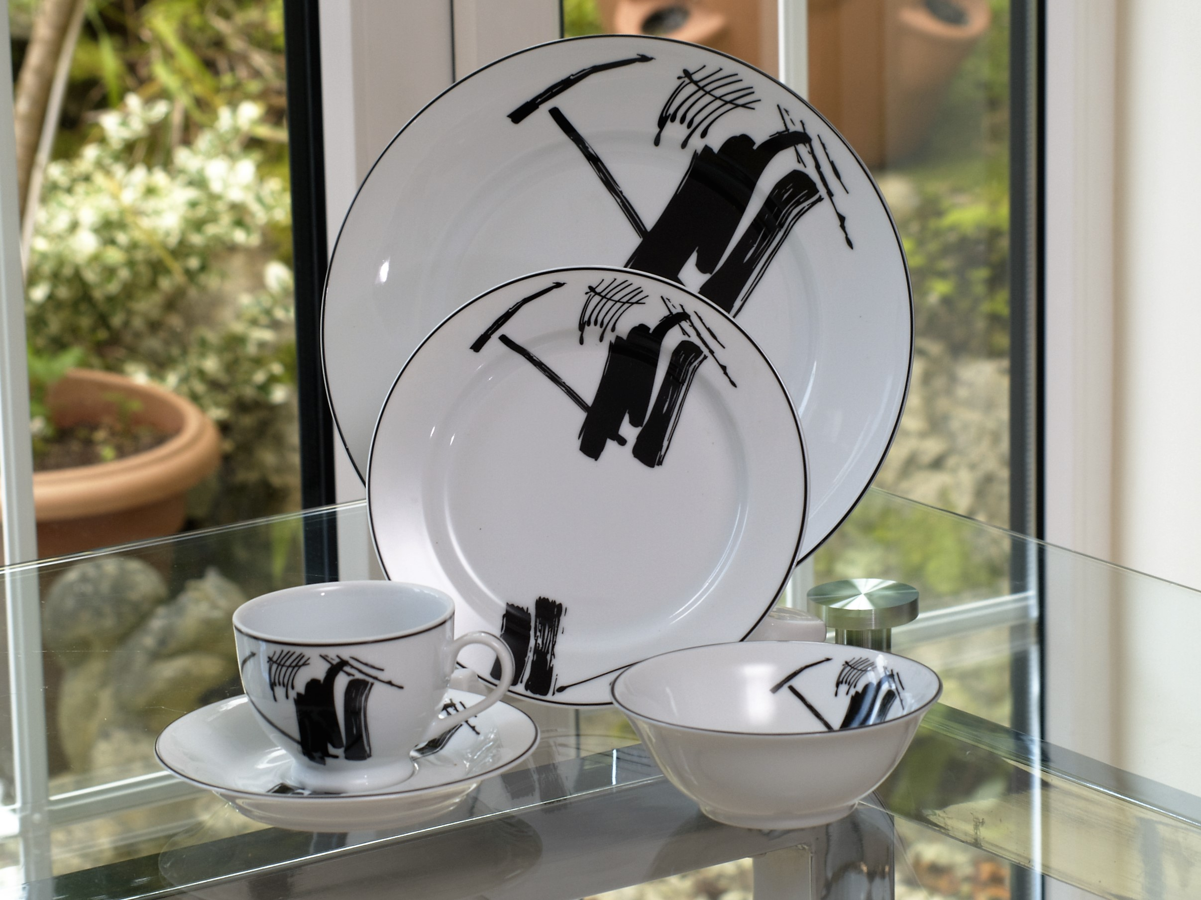 ABSTRACT 28 PIECE DINNER SERVICE