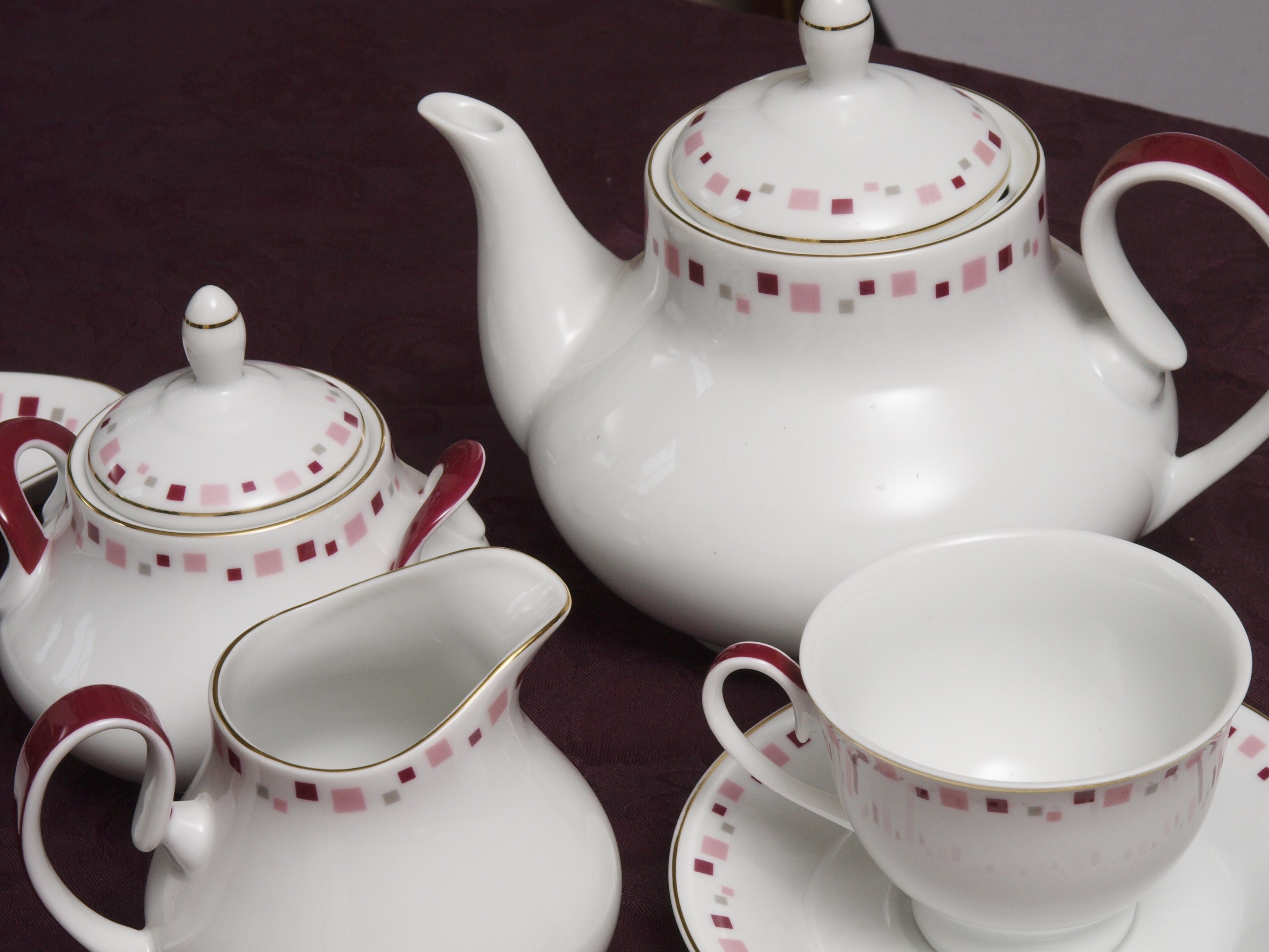 BOSTON PINK 96 PIECE DINNER SERVICE