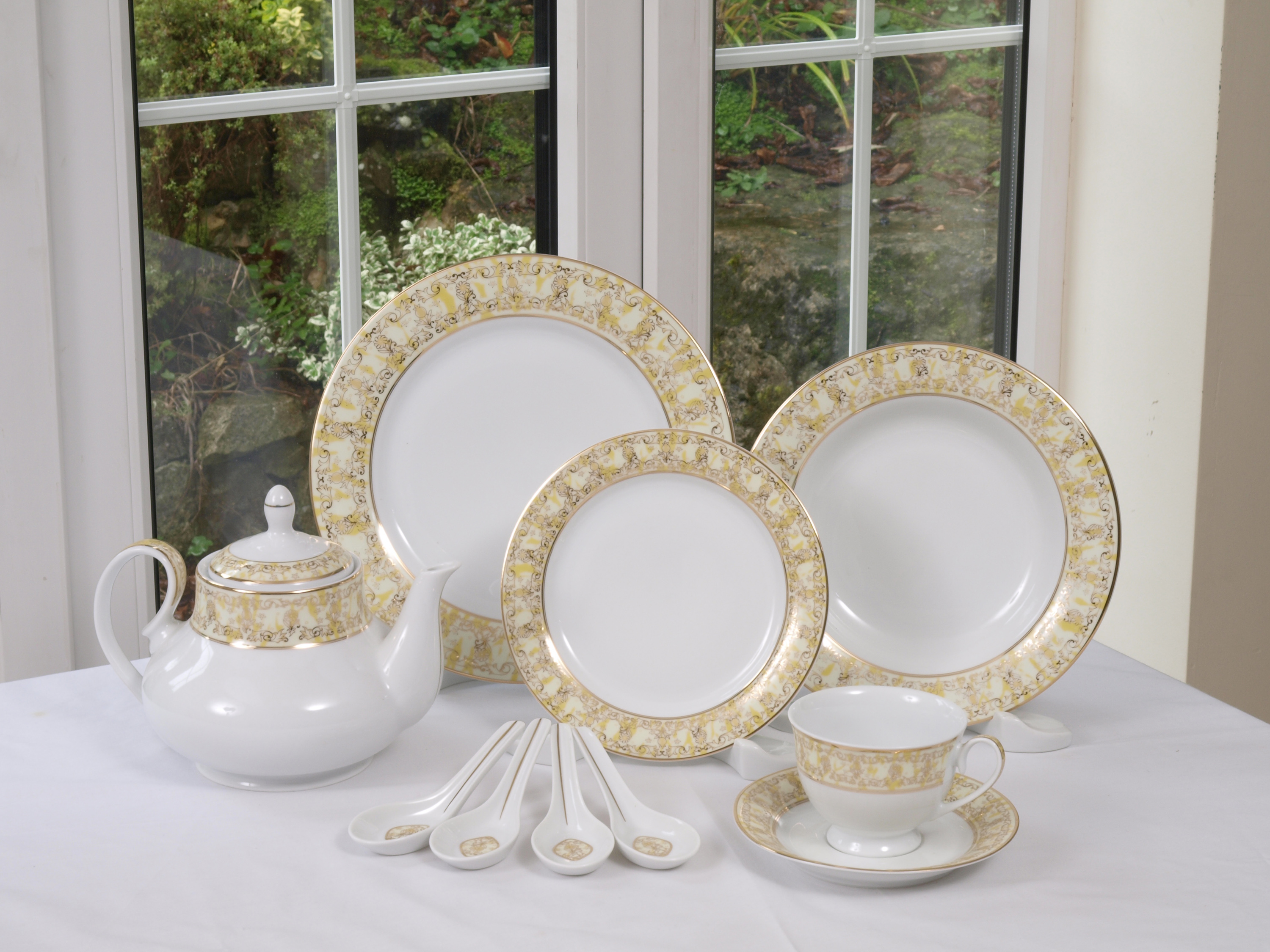 THE MARIGOLD 96 PIECE DINNER SERVICE