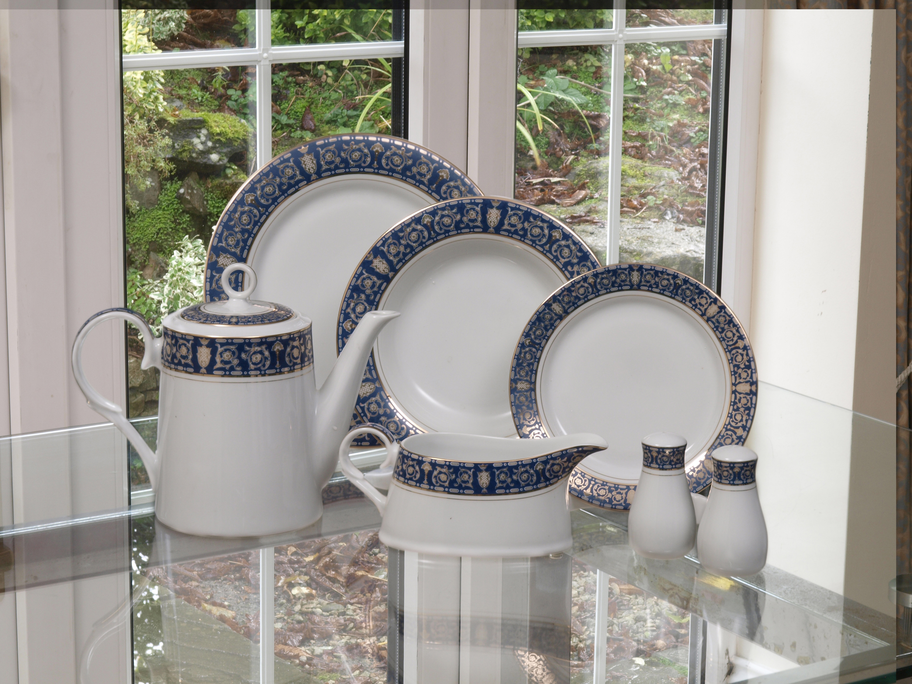 THE ROYAL BLUE 28 PIECE DINNER SERVICE