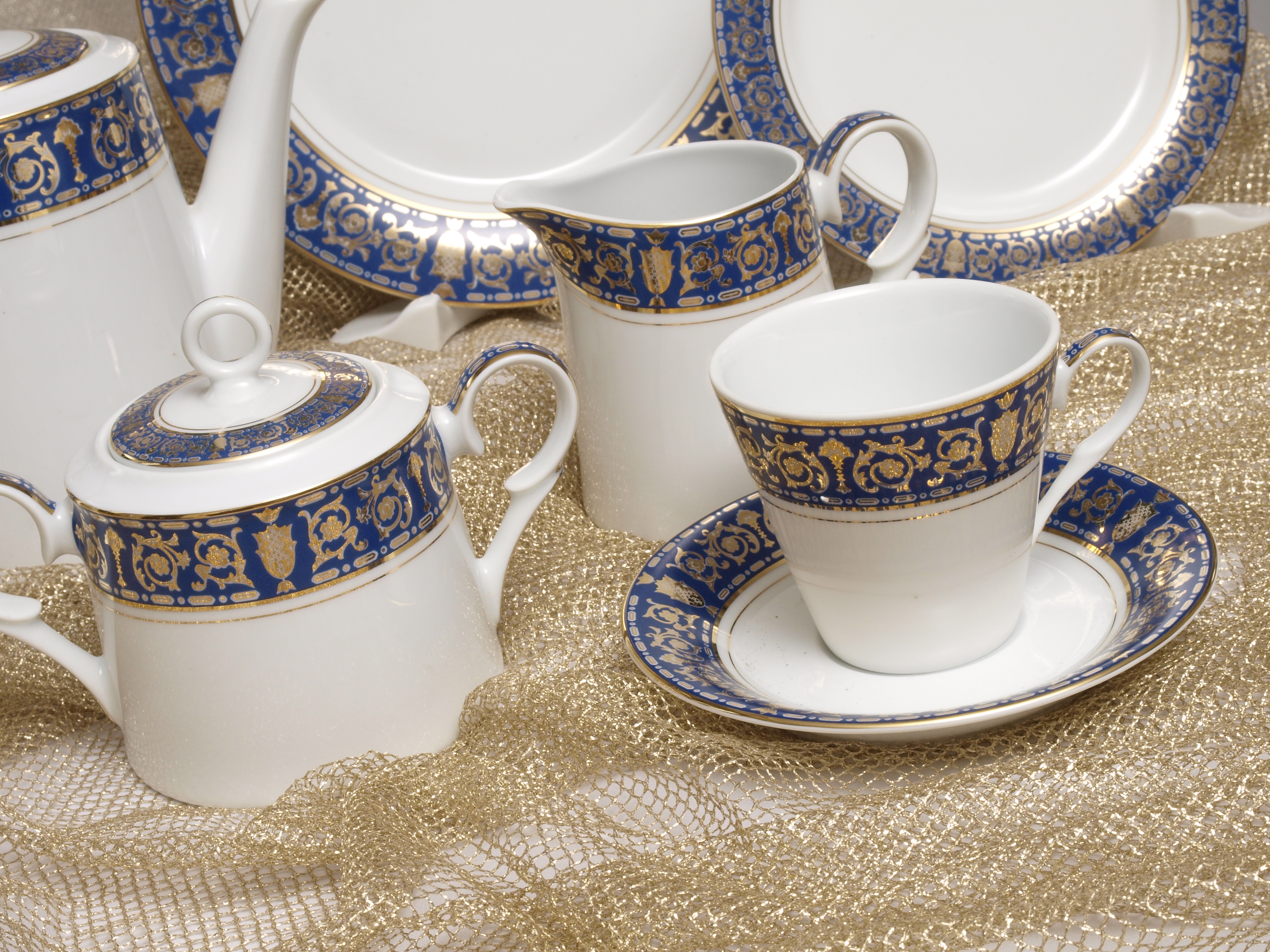THE ROYAL BLUE 96 PIECE DINNER SERVICE